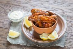 Karmelizujący kurczaków skrzydła z korzennym kumberlandem fotografia stock