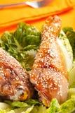 karmelizujący kurczaka sezamu uda zdjęcie stock