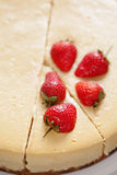 Karmelu cheesecake z truskawką Obrazy Royalty Free