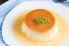 Karmelu custard pudding w bielu talerzu Zdjęcia Royalty Free