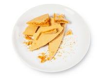 Karmelu honeycomb na białym talerzu 01 Zdjęcia Royalty Free