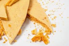 Karmelu honeycomb na białym talerzu 05 Zdjęcie Royalty Free
