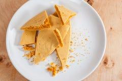Karmelu honeycomb na białym talerzu 04 Zdjęcie Royalty Free