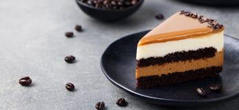 Karmelu tort, mousse deser na talerzu szary kamień tło Zdjęcie Royalty Free