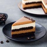 Karmelu tort, mousse deser na talerzu szary kamień tło Fotografia Royalty Free