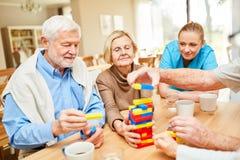 Karmiąca opieka bierze opiekę opętani starsi obywatele zdjęcie royalty free