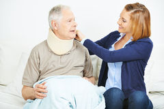 Karmiący usługowy sprawdza jazgarz starszy mężczyzna Obraz Stock