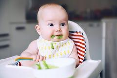 karmienia Dziecka ` s pierwszy stały jedzenie Zdjęcia Royalty Free