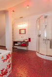 Karminrotes Haus - Badezimmerinnenraum Lizenzfreie Stockfotografie