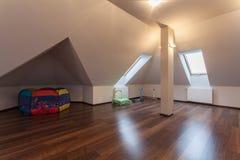 Karminrotes Haus - Dachboden mit Spielwaren stockfotos