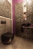 Karminrotes Haus - elegante Toilette Stockfotografie