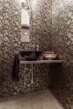 Karminrotes Haus - elegantes Badezimmer lizenzfreie stockfotos
