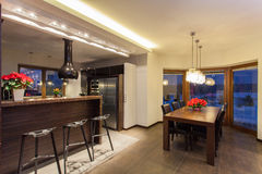 Karminrotes Haus - Küchenarbeitsplatte und Tabelle Lizenzfreie Stockfotos