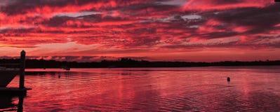 Karmosinröd nautisk solnedgångSeascape Arkivfoto