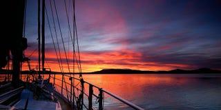 Karmosinröd soluppgångwaterscape Royaltyfri Fotografi
