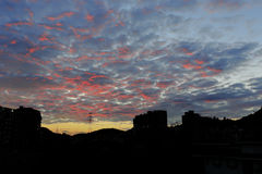 Karmosinröda moln på soluppgång Arkivbild