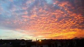 Karmosinröda moln på soluppgång/morgonglöd Arkivfoton