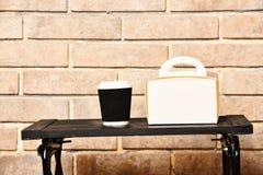 Karmowa dostawa i gorący napoju pojęcie Filiżanka bierze oddalonego napoju i jedzenia pudełko na depresja stole blisko eleganckie zdjęcia royalty free