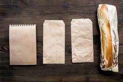 Karmowa dostawa z papierowych toreb i kanapka odgórnego widoku przestrzenią dla teksta Zdjęcia Stock