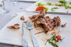Karmowa lewica obfitym lunchem w restauraci fotografia stock