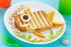 Karmowa sztuka - piec na grillu kanapka kształtująca ryba Fotografia Royalty Free