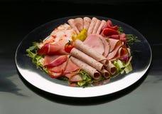 Karmowa taca z wyśmienicie salami, kawałkami pokrojony baleron, kiełbasą, pomidorami, sałatką i warzywem, - Obraz Stock