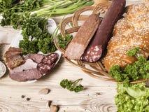 Karmowa taca z wyśmienicie salami, kawałkami pokrojony baleron, kiełbasą, pomidorami, sałatką i warzywem, Cutt - Mięsny półmisek  zdjęcia stock