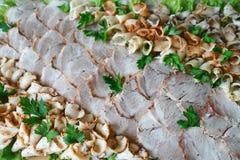 Karmowa taca z wyśmienicie salami, kawałki pokrojony baleron, kiełbasa Ciie kiełbasianego i leczącego mięso dalej, - Mięsny półmi zdjęcia royalty free