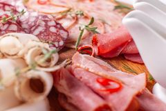 Karmowa taca z wyśmienicie salami, kawałki pokrojony baleron, kiełbasa Tnąca kiełbasa i leczący mięso na uroczystym stole obraz stock