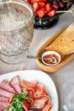 Karmowa taca z wyśmienicie salami, kawałki pokrojony baleron, kiełbasa Tnąca kiełbasa i leczący mięso na uroczystym stole fotografia stock