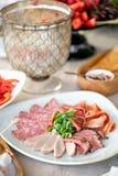 Karmowa taca z wyśmienicie salami, kawałki pokrojony baleron, kiełbasa Tnąca kiełbasa i leczący mięso na uroczystym stole obrazy stock