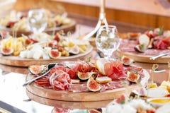 Karmowa taca z wyśmienicie salami, kawałki pokrojony baleron, kiełbasa Tnąca kiełbasa i leczący mięso na uroczystym stole fotografia royalty free
