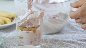 Karmowego tytułowania serowa śmietanka z truskawką i pistacjami zdjęcie wideo
