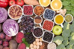 Karmowi źródła naturalni przeciwutleniacze tak jak owoc, warzywa, dokrętki i kakaowy proszek, zdjęcia stock