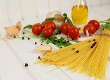 Karmowi składniki dla Włoskiego spaghetti onwhite drewnianego tła z kopii przestrzenią twój projekt dużo zdjęcie stock