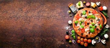 Karmowi składniki i pikantność dla gotować wyśmienicie włoską pizzę Pieczarki, pomidory, ser, cebula, olej, pieprz, sól obrazy royalty free