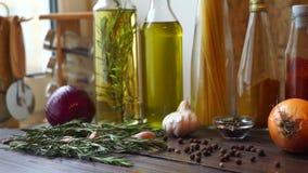 Karmowi składniki na drewnianym stole Pikantność i ziele Zbliżenie pieprzowa pikantność zdjęcie wideo