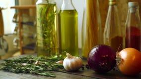 Karmowi składniki na kuchennym stole Zbliżenie cebuli, czosnku i rozmarynów ziele, zdjęcie wideo
