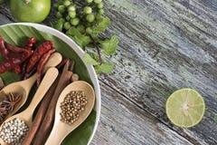 Karmowi składniki, peppercorn, gwiazdowy anyż, chili i wapno na drewnianym stole, Zdjęcia Stock