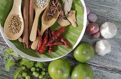Karmowi składniki, peppercorn, gwiazdowy anyż, chili i wapno na drewnianym stole, Zdjęcia Royalty Free