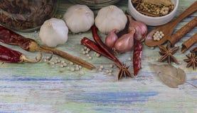 Karmowi składniki, peppercorn, gwiazdowy anyż, wysuszony chili i cynamon na drewnianym stole, Fotografia Stock