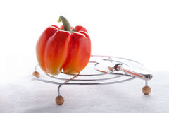 karmowy świeży jarosz Czerwony pieprz na białej powierzchni Obraz Stock