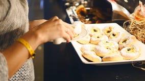 Karmowy bufet w luksusowym hotelu Brać ciastko zbiory wideo