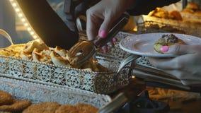 Karmowy bufet w luksusowym hotelu Bra? ciastko zbiory wideo