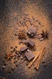 Karmowy deserowy tło Kawałki ciemna czekolada, proszek, krople i pikantność, obraz stock