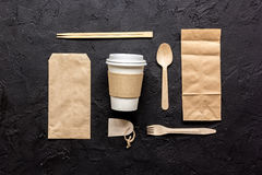 Karmowy doręczeniowy workdesk z papierowymi torbami i plastikowa filiżanka zgłaszamy tło odgórnego widoku egzamin próbnego zdjęcie stock