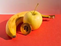 Karmowy i pieniężny pojęcie Owoc ustawiać i cryptocurrency Fotografia Royalty Free