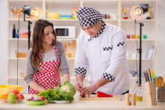 Karmowy kucharstwa tv przedstawienie w studiu zdjęcia royalty free