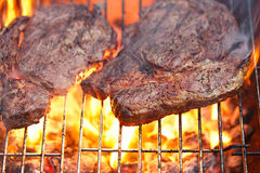 Karmowy mięso - żebruje oko wołowiny stek na partyjnych lato grilla grilla wi Obrazy Royalty Free