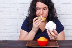 Karmowy nałóg, dieting pojęcie Młoda z nadwagą kobieta nakarmoiny up w Zdjęcie Royalty Free